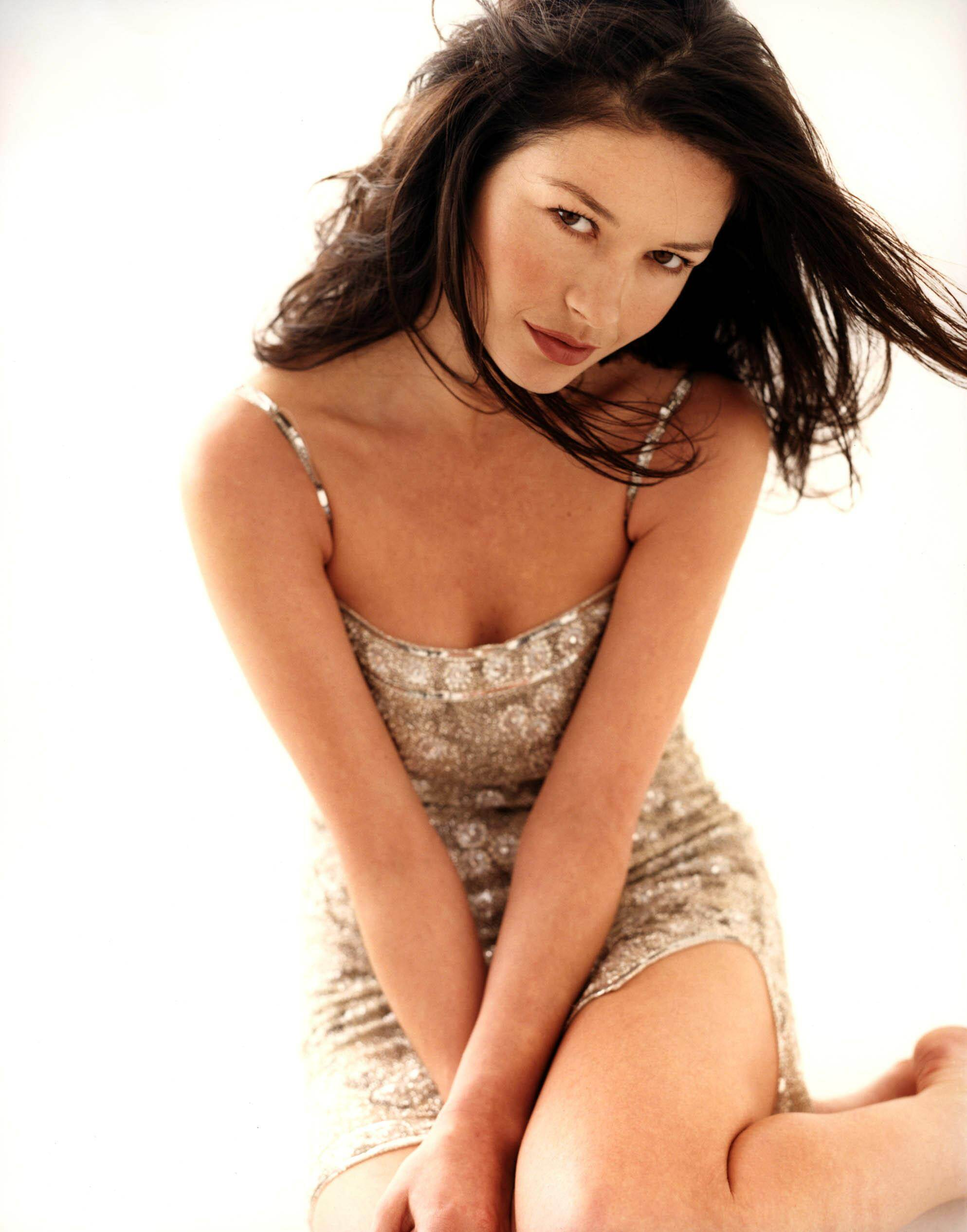 http://sexyfemales.files.wordpress.com/2008/08/catherine_zeta_jones_06110056_0002.jpg