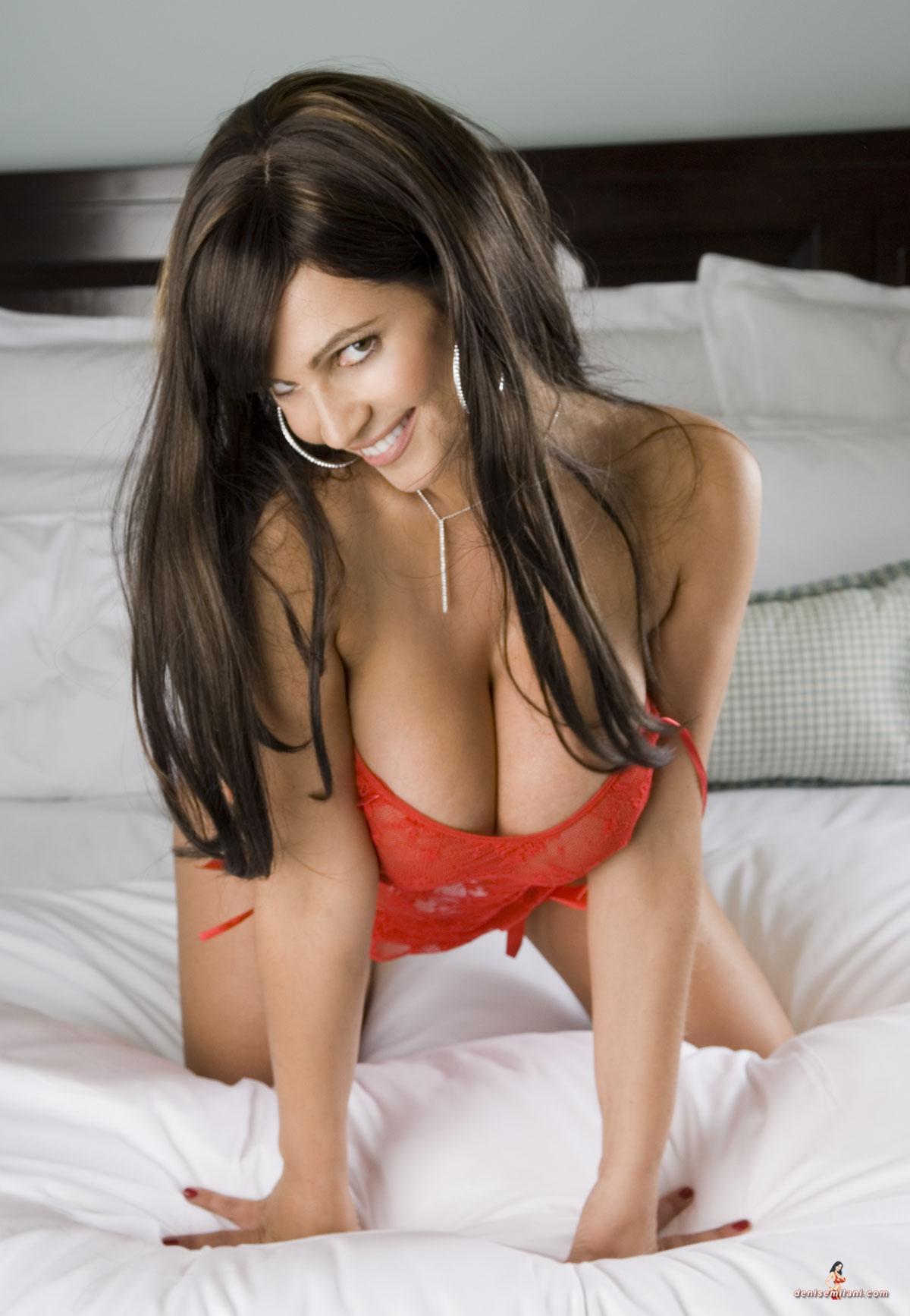 image Posing huge buttocks and stuffed legs 38pose3